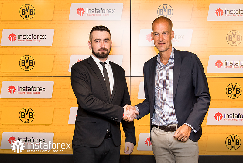 InstaForex  Business Development Director for Asia Roman Tcepelev and CEO of Borusssia Carsten Cramer shake hands to start the newpartnership